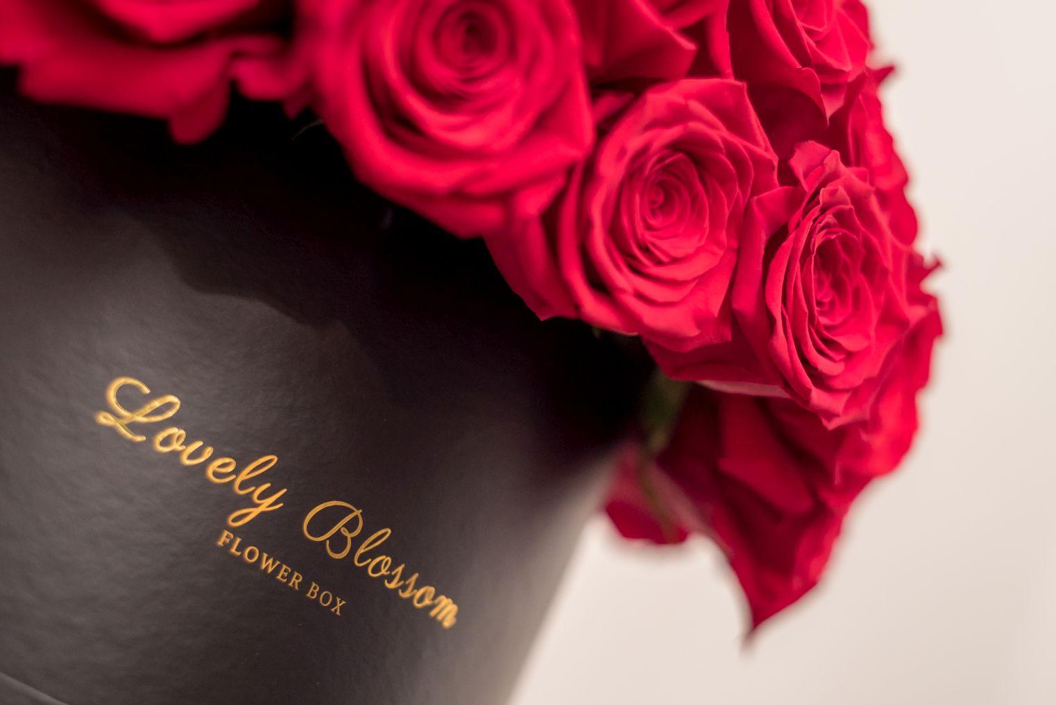 Crvene ruže u crnoj okrugloj kutiji