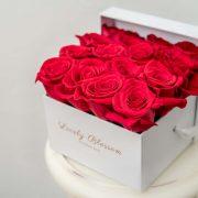 crvene-ruze-bijela-kvadratna-kutija