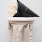 Bijele ruže u crnoj stozac kutiji