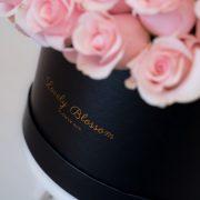 roze-ruze-crna okrugla kutija