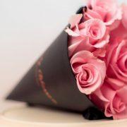 Roze ruže u crnoj stozac kutiji