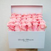 Bijela kvadratna kutija s rozim ružama